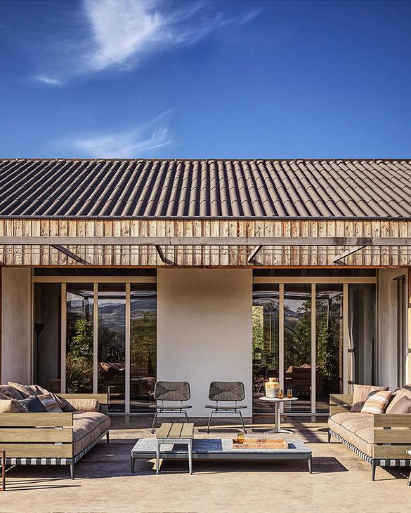 ニューノーマルなライフスタイルが定着しつつある今、自宅で過ごす時間をより豊かにしてくれるアウトドア家具の需要が高まっている。デザイン性や快適性はそのままに、屋外使用に適したさらなる耐久性を備えるアウトドアコレクションの中から、選りすぐりの家具を紹介する。