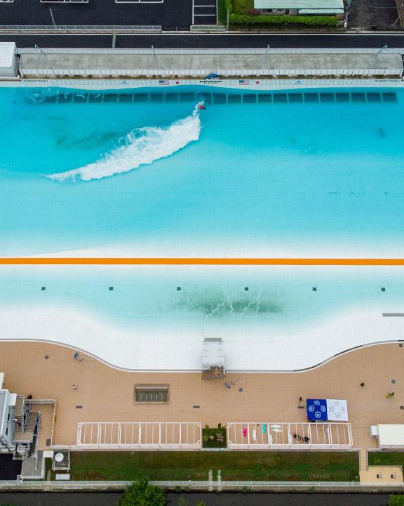 オリンピック競技化で認知度を増したサーフィン。「やってみたい」という声は海のない場所からも聞こえてくる。注目される解決策がサーフィン用ウェーブプール。この夏には静岡県牧之原市にも誕生するなど、人工的に波を造れる施設が世界的に新設ラッシュを迎えている。
